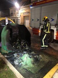 Los bomberos sofocan el fuego en contenedores de Tarancón