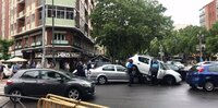 Un coche acaba empotrado debajo de otro en Hospital Militar