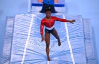 Biles abandona la final por equipos de gimnasia artística