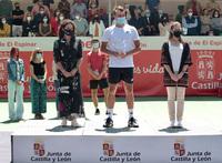 El francés Benjamin Bonzi alza el título en El Espinar