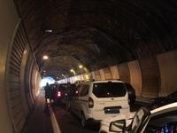 Decenas de coches parados en el túnel de Gorosmendi