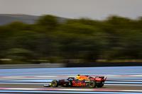 Verstappen contiene a los Mercedes