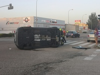 Accidente con un coche volcado en la Avenida Valladolid