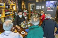 Socializando al calor de la barra de un bar
