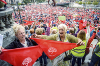 El Gobierno cede a las exigencias sociales en las pensiones