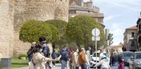 Turistas y abulenses disfrutan la ciudad