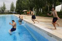 Fría inauguración de la temporada de piscinas