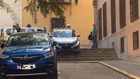 Un coche 'baja' las escaleras junto al Palacio Provincial
