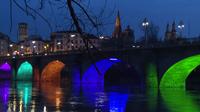 El puente de Piedra de Logroño, iluminado de colores por su estreno tras las reformas