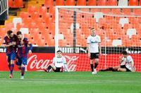 Messi endereza a un Barça que busca del título
