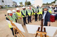 Colocan la primera piedra del futuro colegio en Universidad