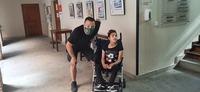 Guardias Civiles Solidarios ayudan a una joven con parálisis