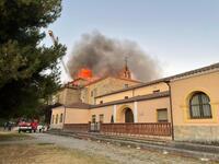 El fuego calcina el tejado del monasterio de Alconada