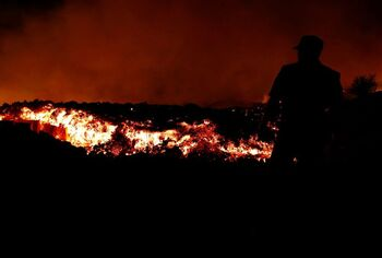 La erupción tiene 2 fisuras separadas por 200 metros y 8 bocas
