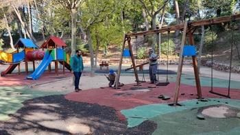 Reparan las zonas de juego de los parques de Villarrobledo