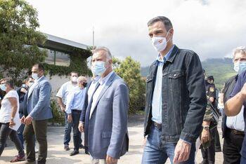 Sánchez visita las zonas afectadas por el volcán en La Palma