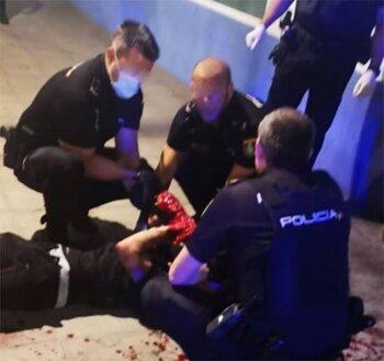 Socorren a un joven con una gran hemorragia en un brazo