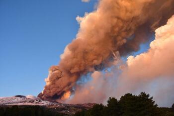 El Etna entra de nuevo en erupción tras 20 días de pausa