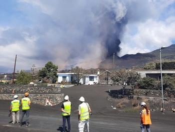El volcán de La Palma vuelve a emitir lava y cenizas