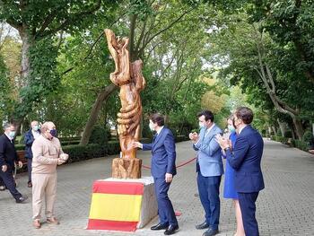 Rioseco inaugura una escultura en homenaje a las personas