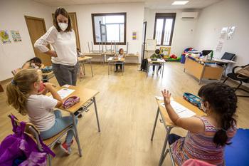 Una escuela que reabre tras 35 años y seis niños felices