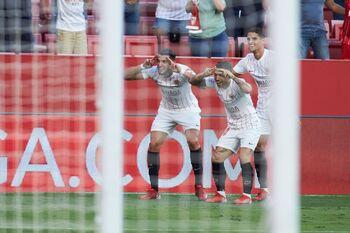 El Sevilla zarandea al Valencia y el Espanyol hunde al Alavés
