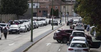 Coto a la doble fila en colegios con aparcamientos cerca