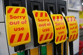 Johnson prepara conductores militares para abastecer combustible