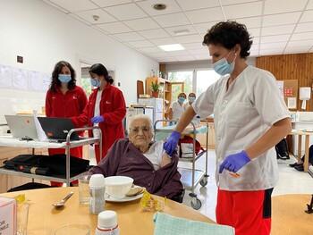 Donatila, primera en recibir la tercera dosis en Burgos