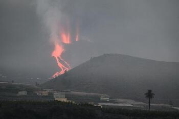 La lava quema plástico de invernaderos y fertilizantes