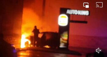 Arde un coche en el Burger King del Polígono