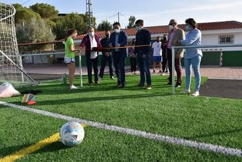 El campo de fútbol de Valera estrena césped artificial