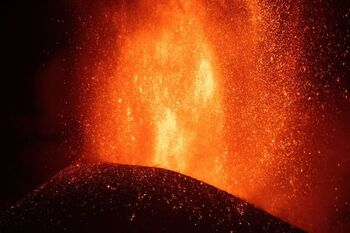 La erupción, con fases más explosivas, arrasa ya 240 hectáreas